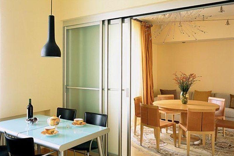 Складные стеклянные перегородки между комнатой и лоджией..