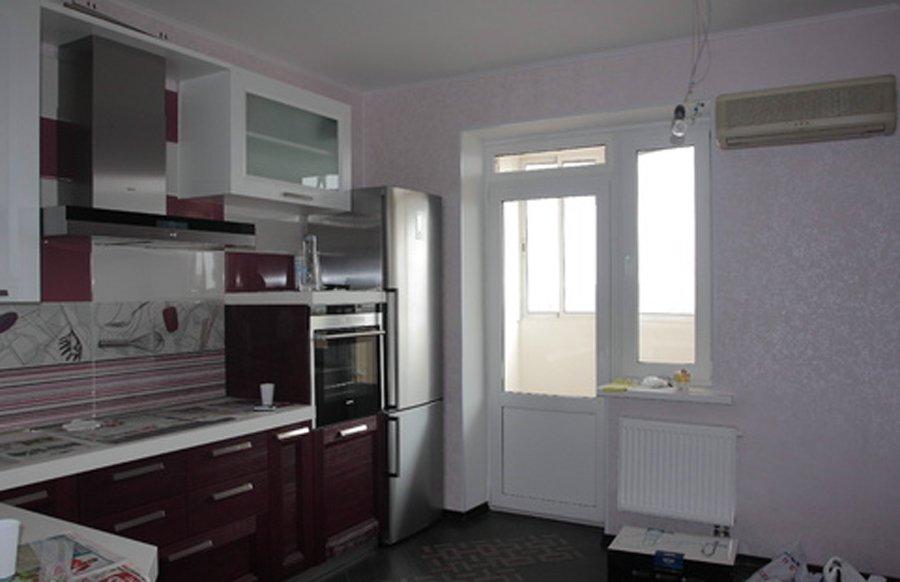 Окно на кухне с выходом на балкон..