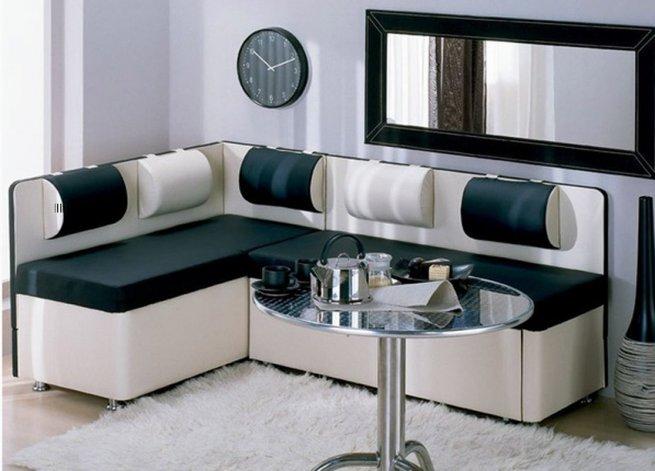 Дизайн кухни с диваном белый