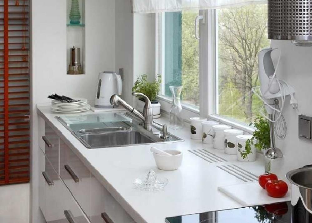 Столешница вдоль окна на кухне.