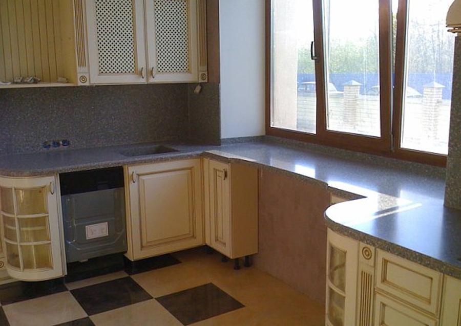 Столешница на кухне вдоль окна.