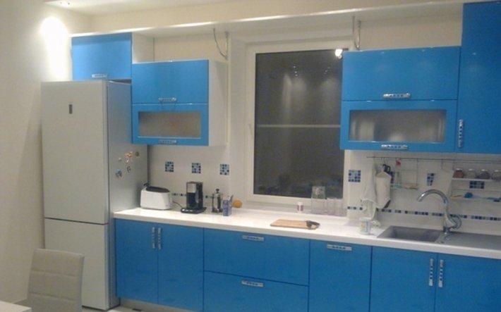 Кухня вдоль окна фото
